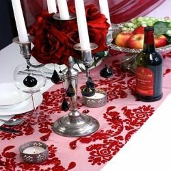 Camino de mesa de organza roja con decoración
